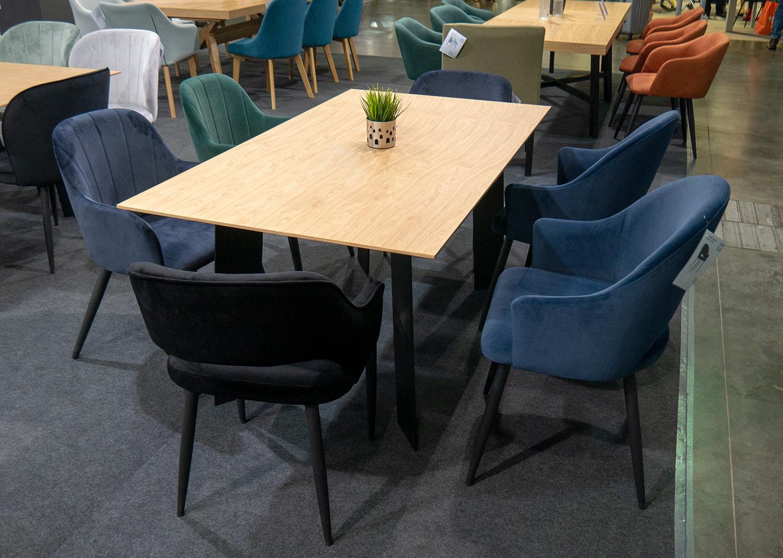 Dębowy masywny stół do salonu