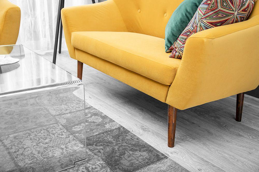 sofa n drewnianych nóżkach